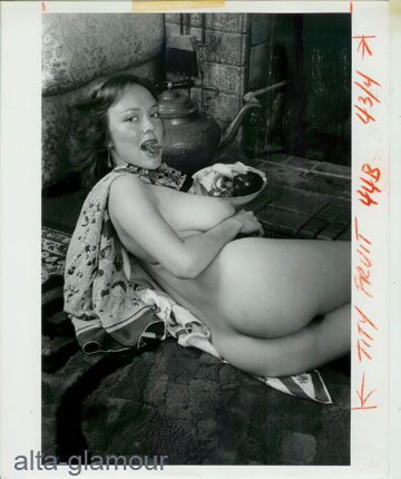 ORIGINAL PHOTOGRAPH -- BUSTY FRECKLED MODEL SITS UP EATING STRAWBERRY. Photographic Nudes.